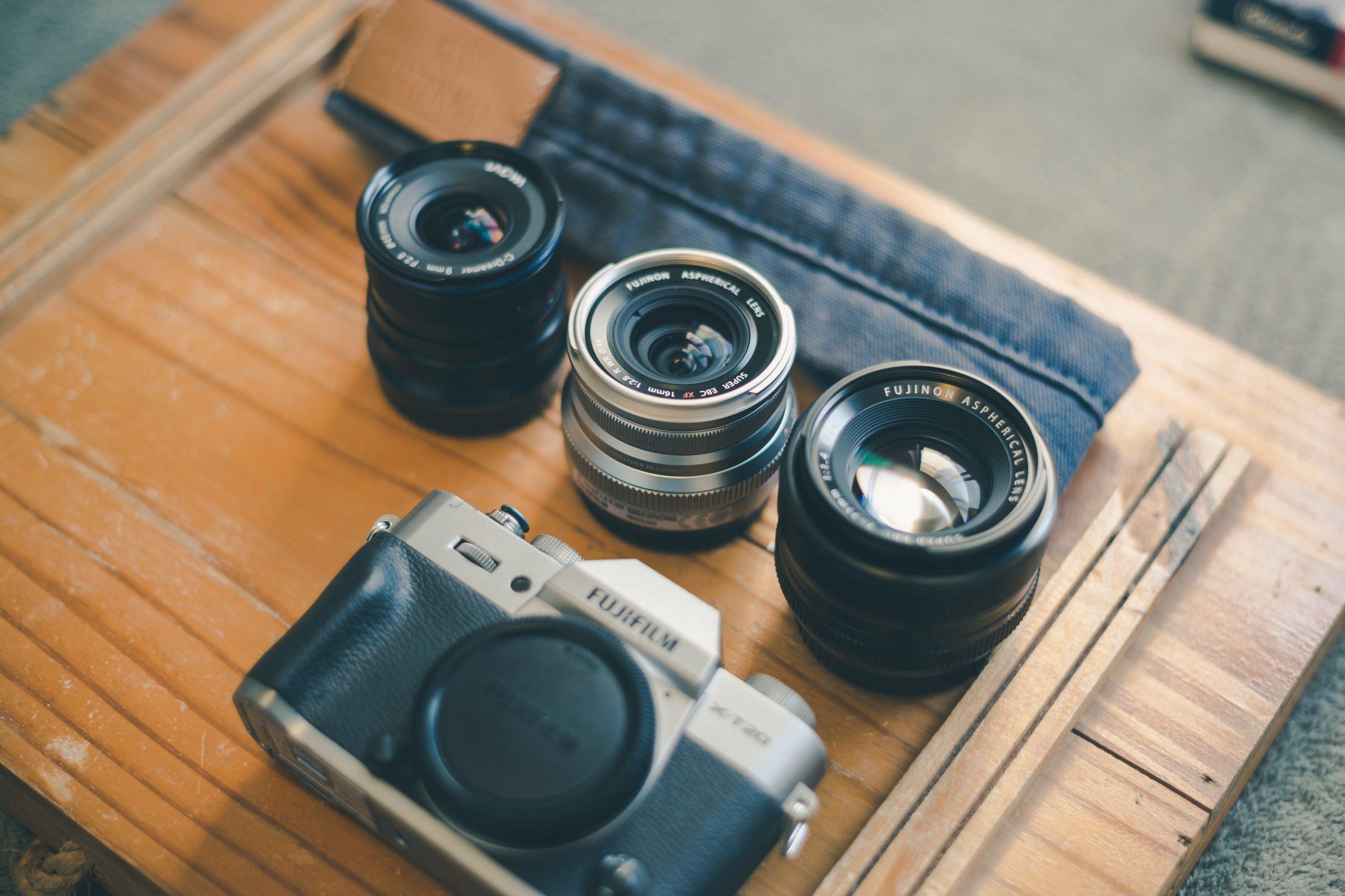 Imagem mostra uma câmera junto com três lentes diferentes.