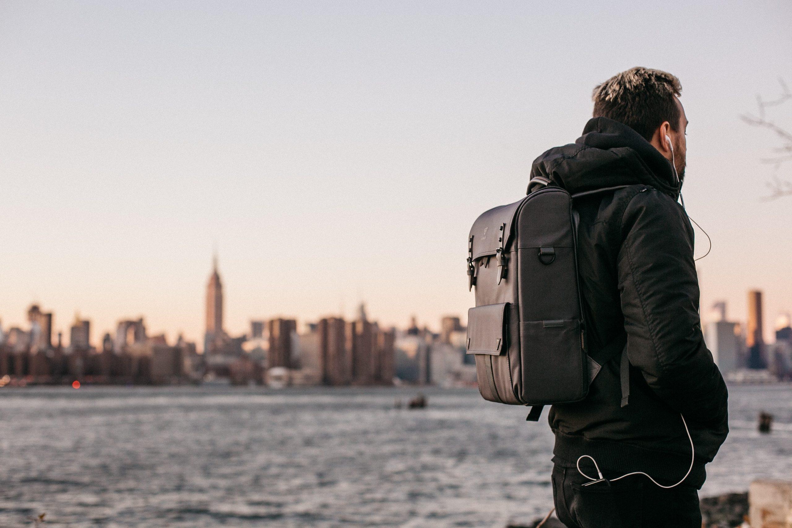 Imagem de um homem utilizando uma mochila para notebook.