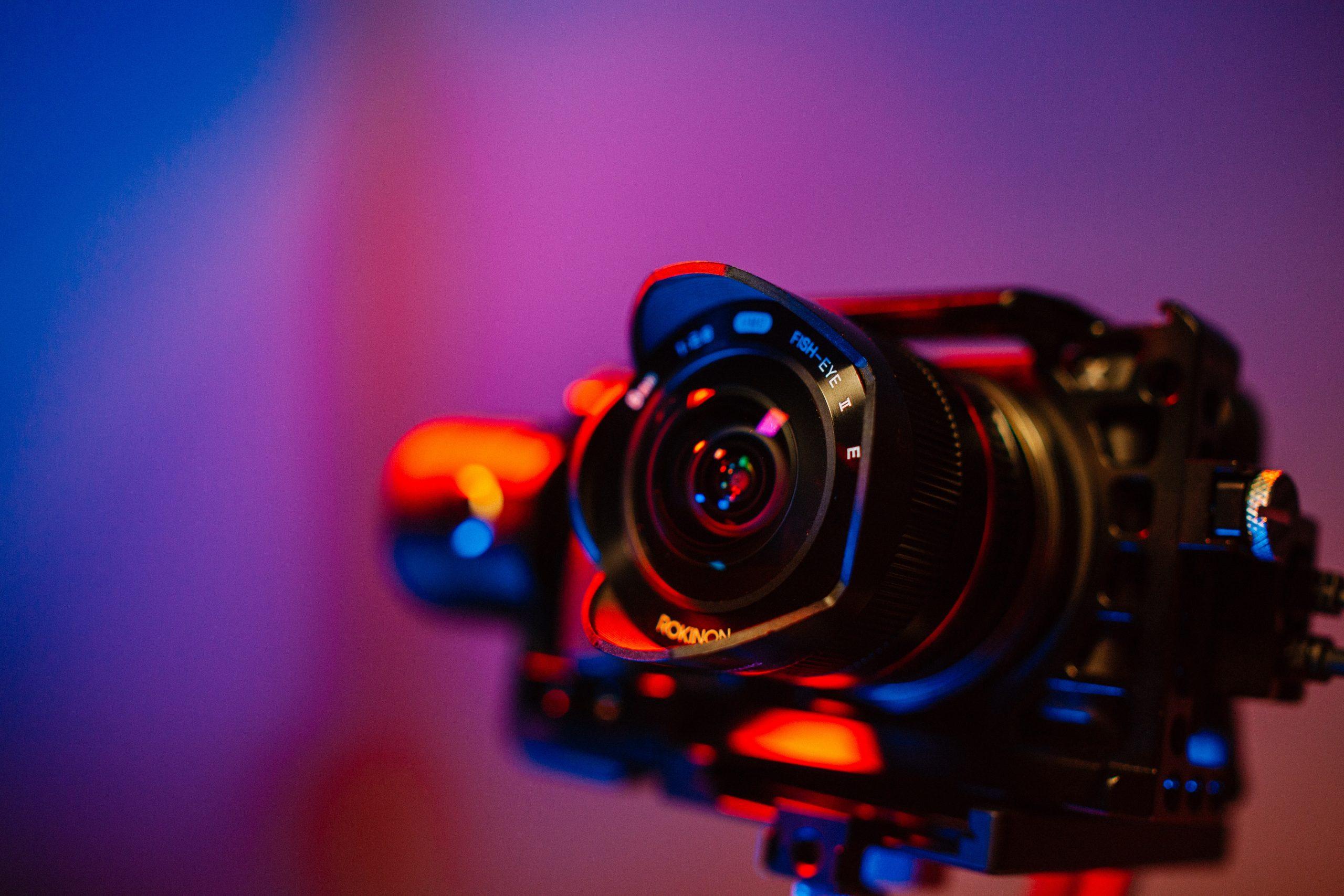 Imagem mostra uma câmera digital montada para uso.