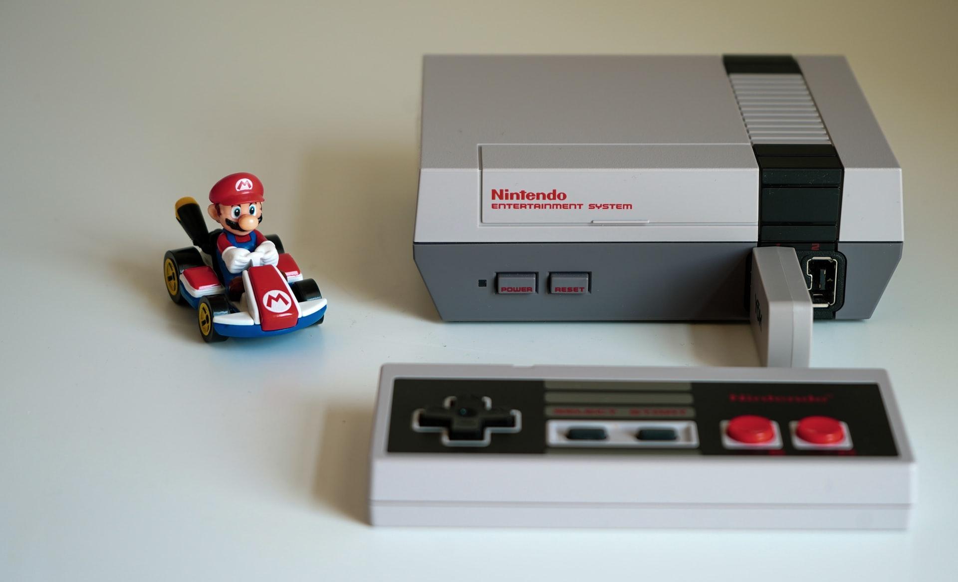 Imagem mostra um console NES ao lado de um Mario em Lego.
