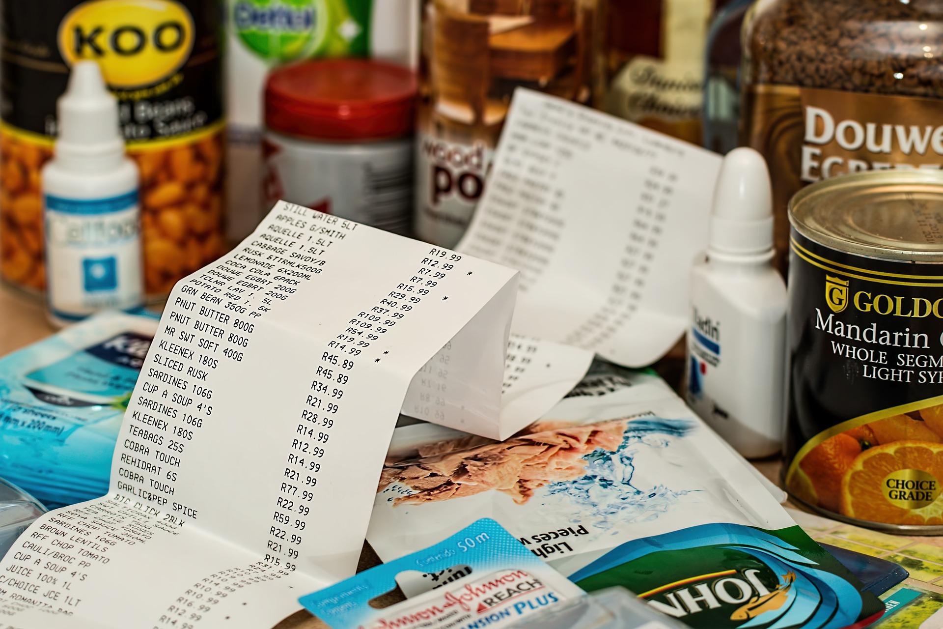 Imagem mostra um enorme recibo junto com embalagens de comida.