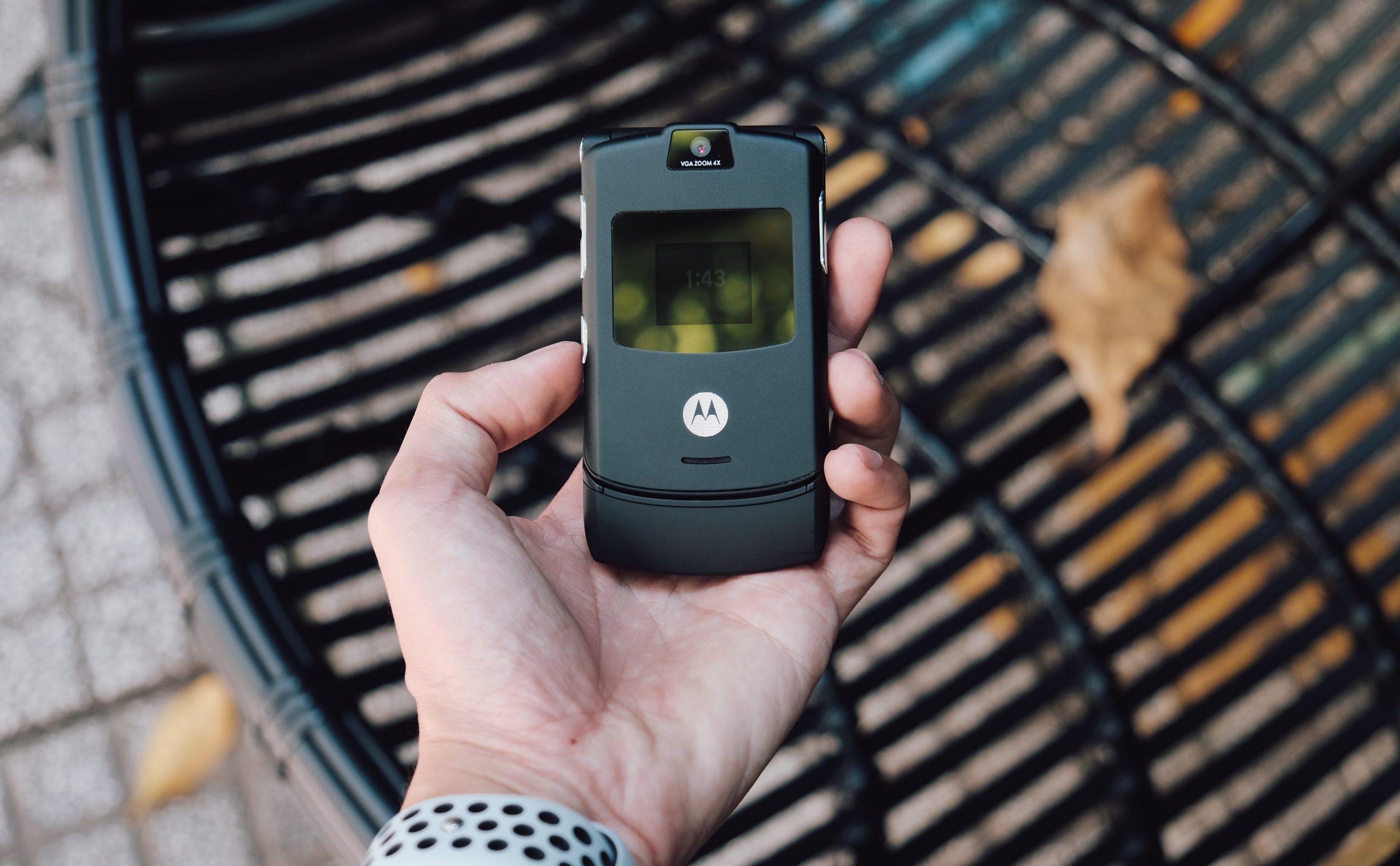 Imagem mostra um celular Motorola antigo.