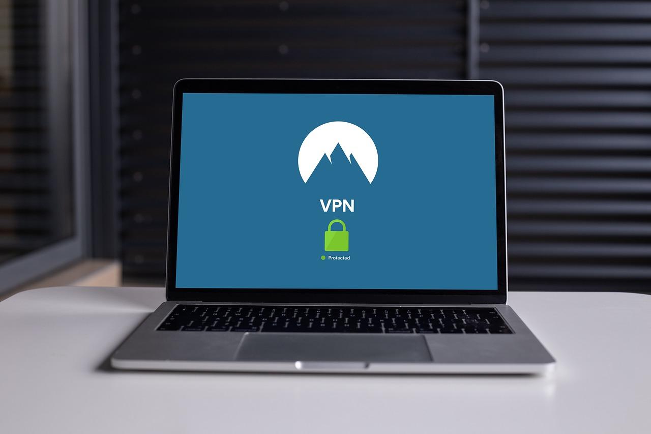 Imagem mostra um notebook com VPN.