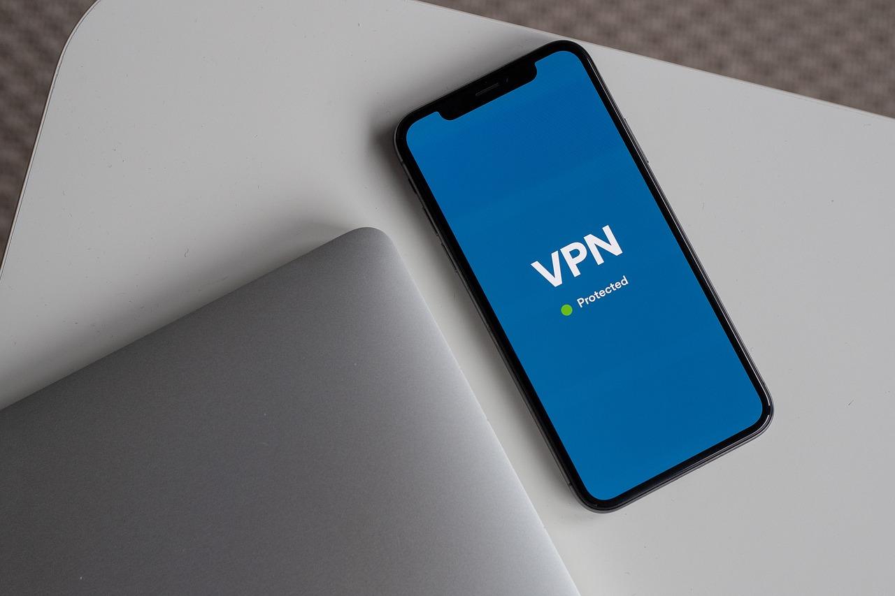 Imagem mostra um smartphone usando VPN.