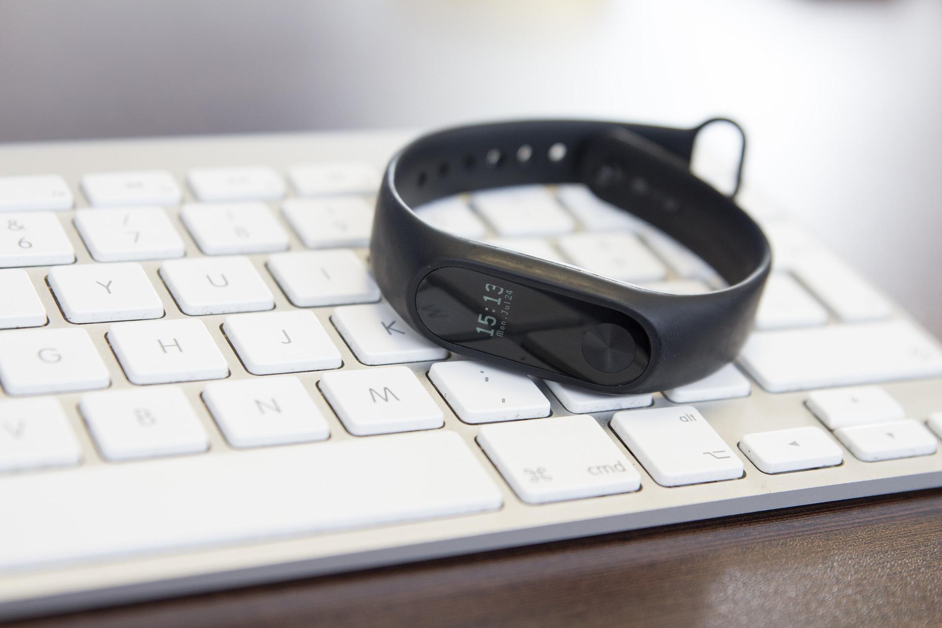 Smartwacth xiaomi sobre teclado blanco