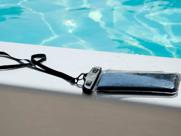 waterproof smartphone case for taking pictures underwater in the summer in the pool