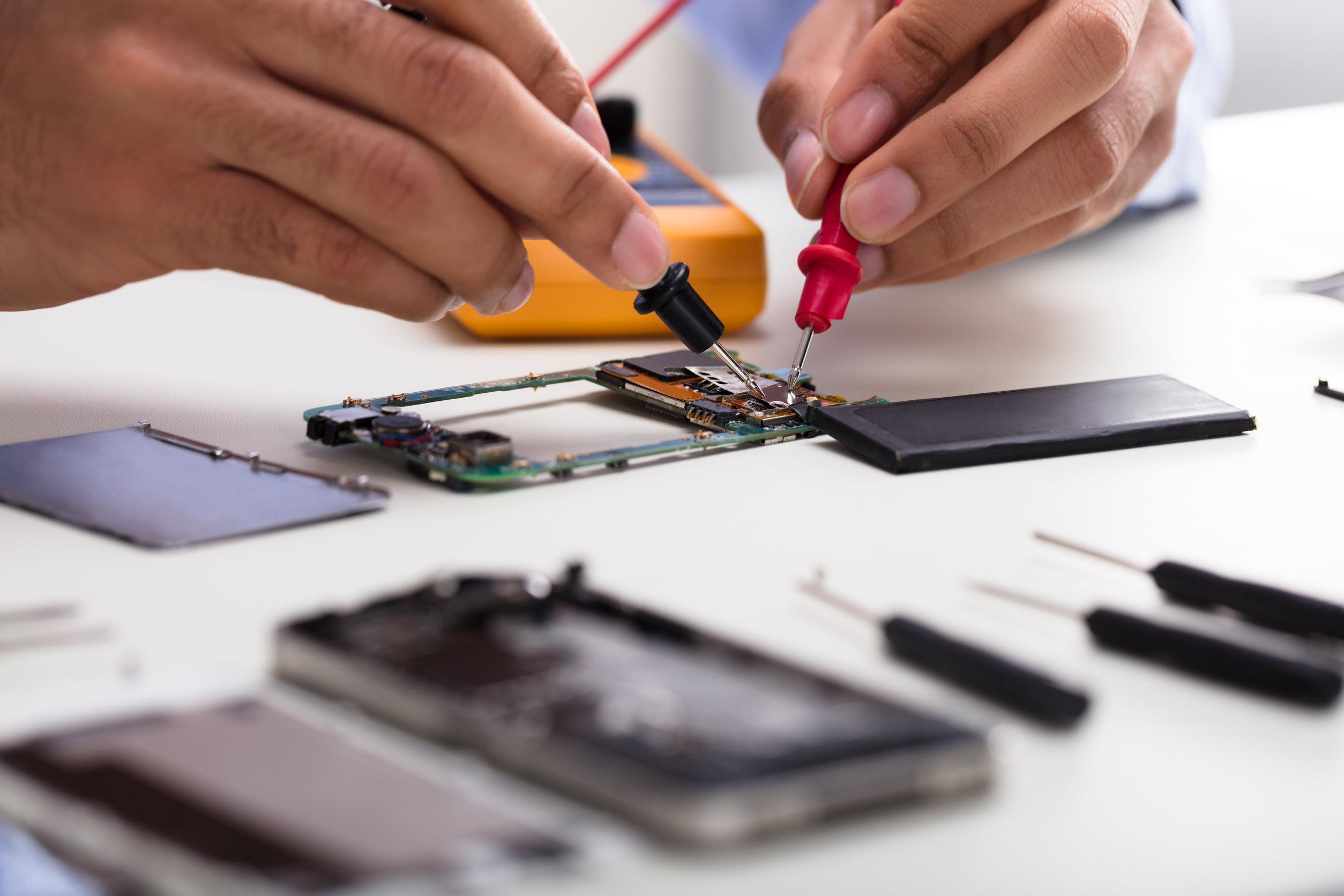 Imagem de ferramentas e um smartphone.