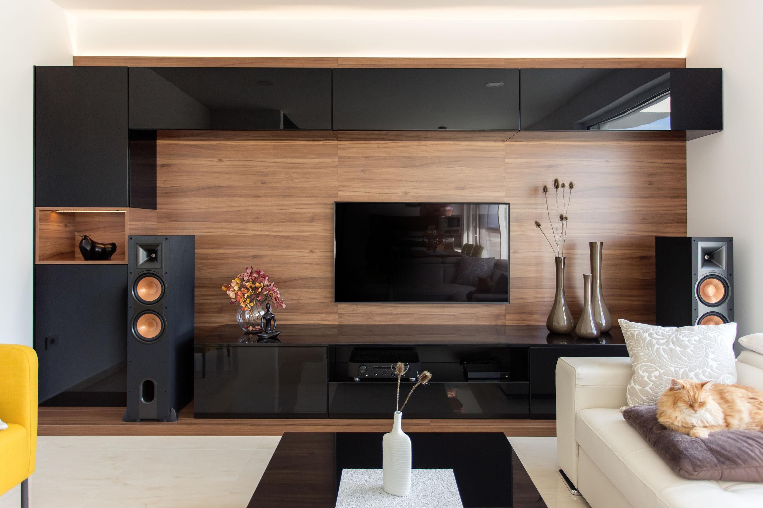 Elegante sala de estar con gabinetes de roble y negro