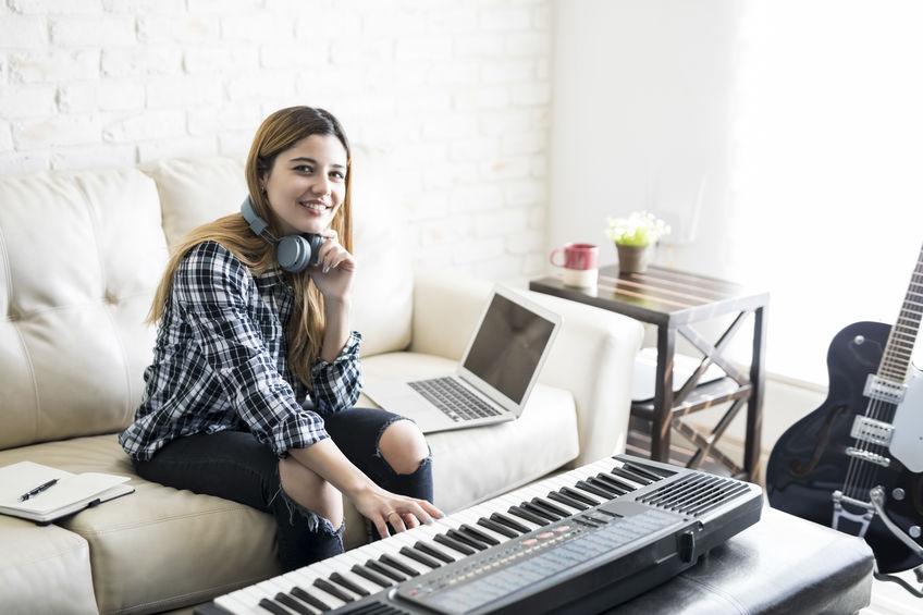 chica con piano