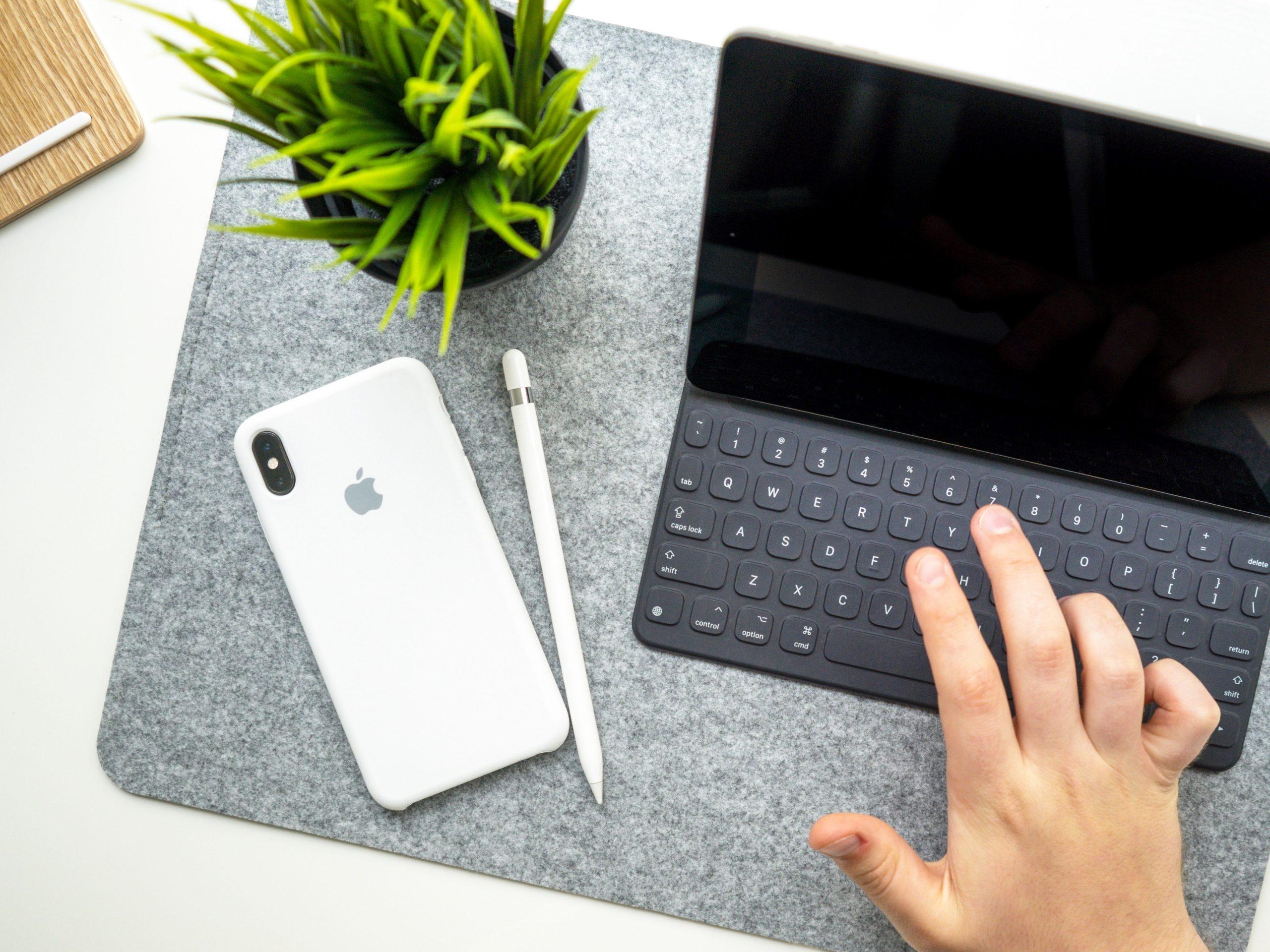 Imagem de um tablet com teclado.
