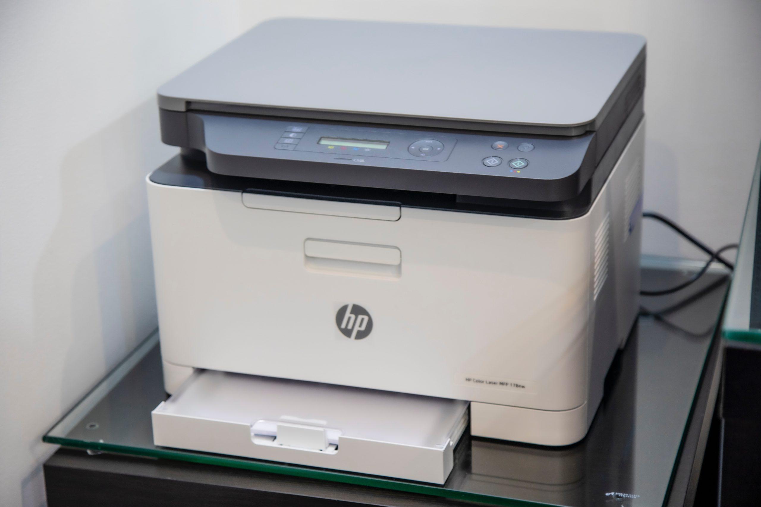 Imagem mostra uma impressora de grande porte.
