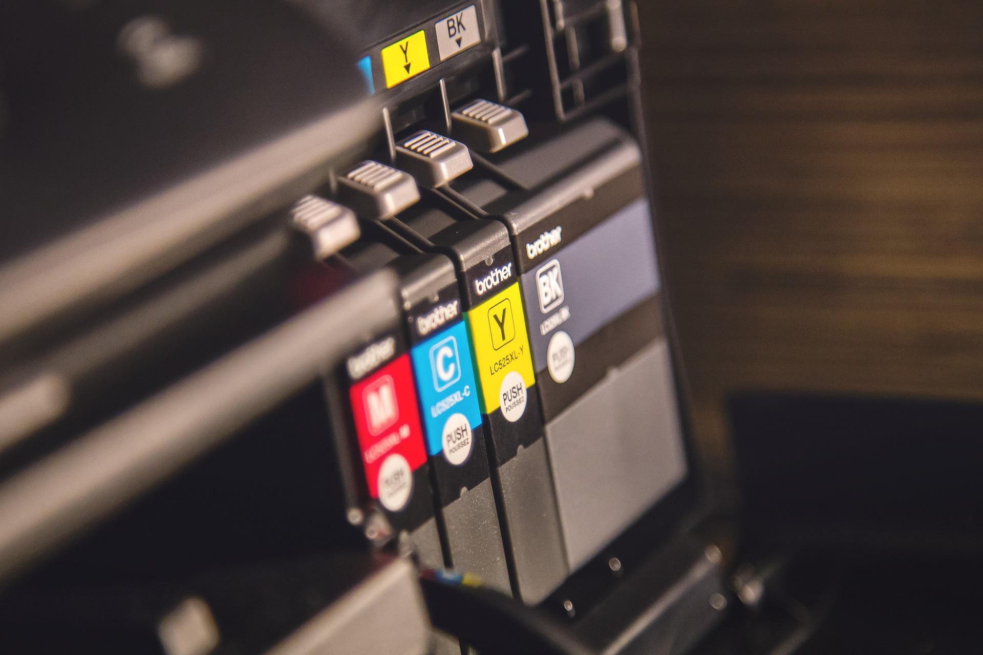 Imagem mostra os tanques de tinta de uma impressora em destaque.