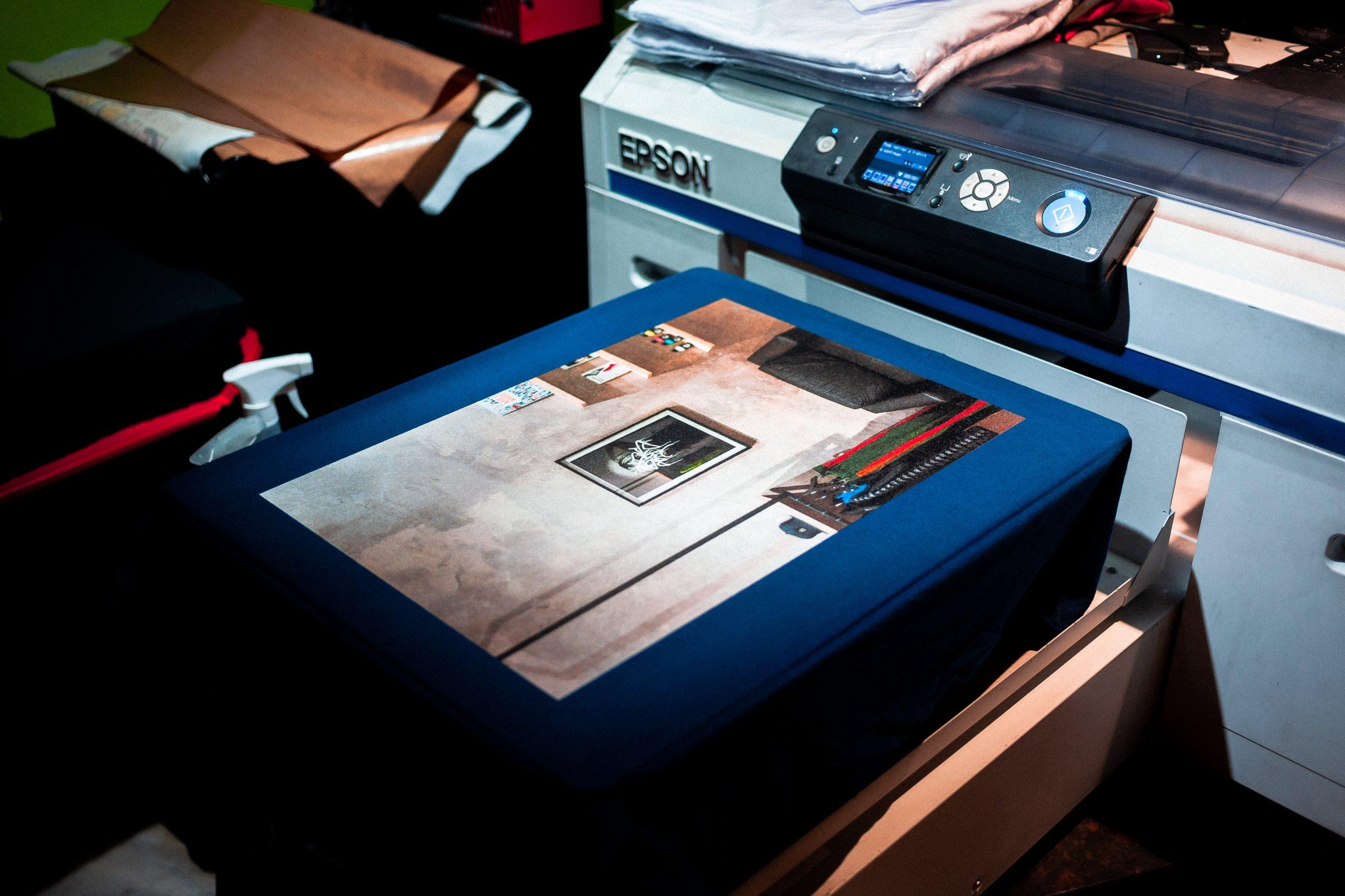 Imagem mostra objetos sendo escaneados em uma grande multifuncional.