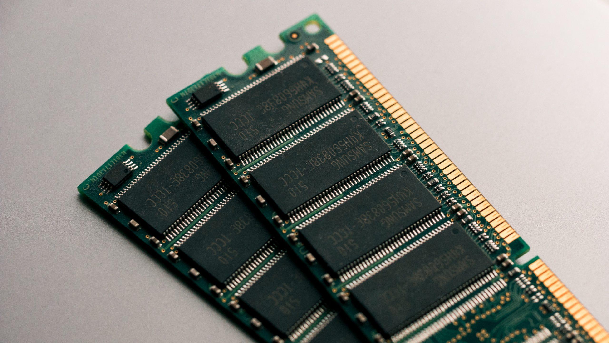 Imagem de dois cartuchos de memória RAM.