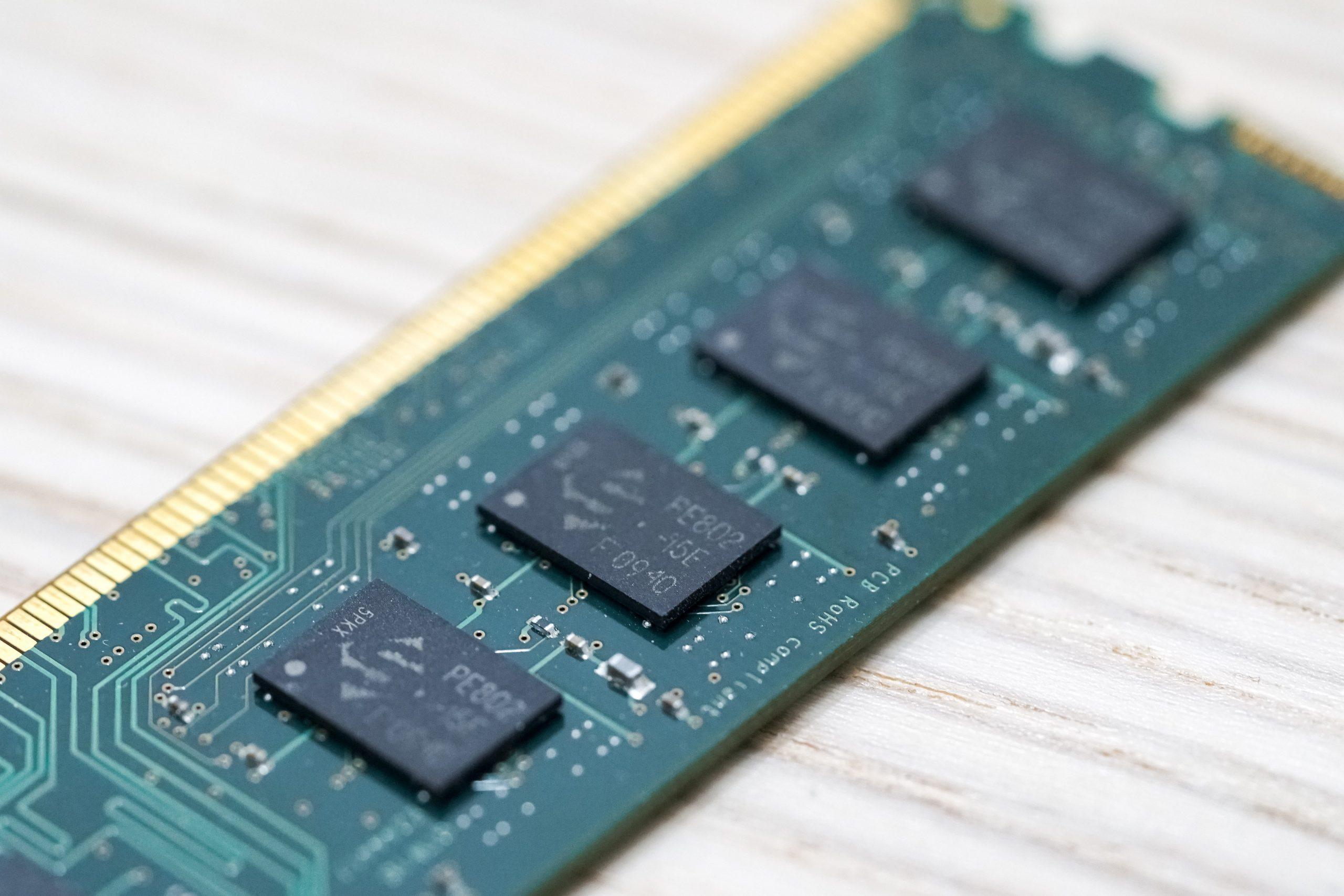 Imagem de um pente de memória RAM.