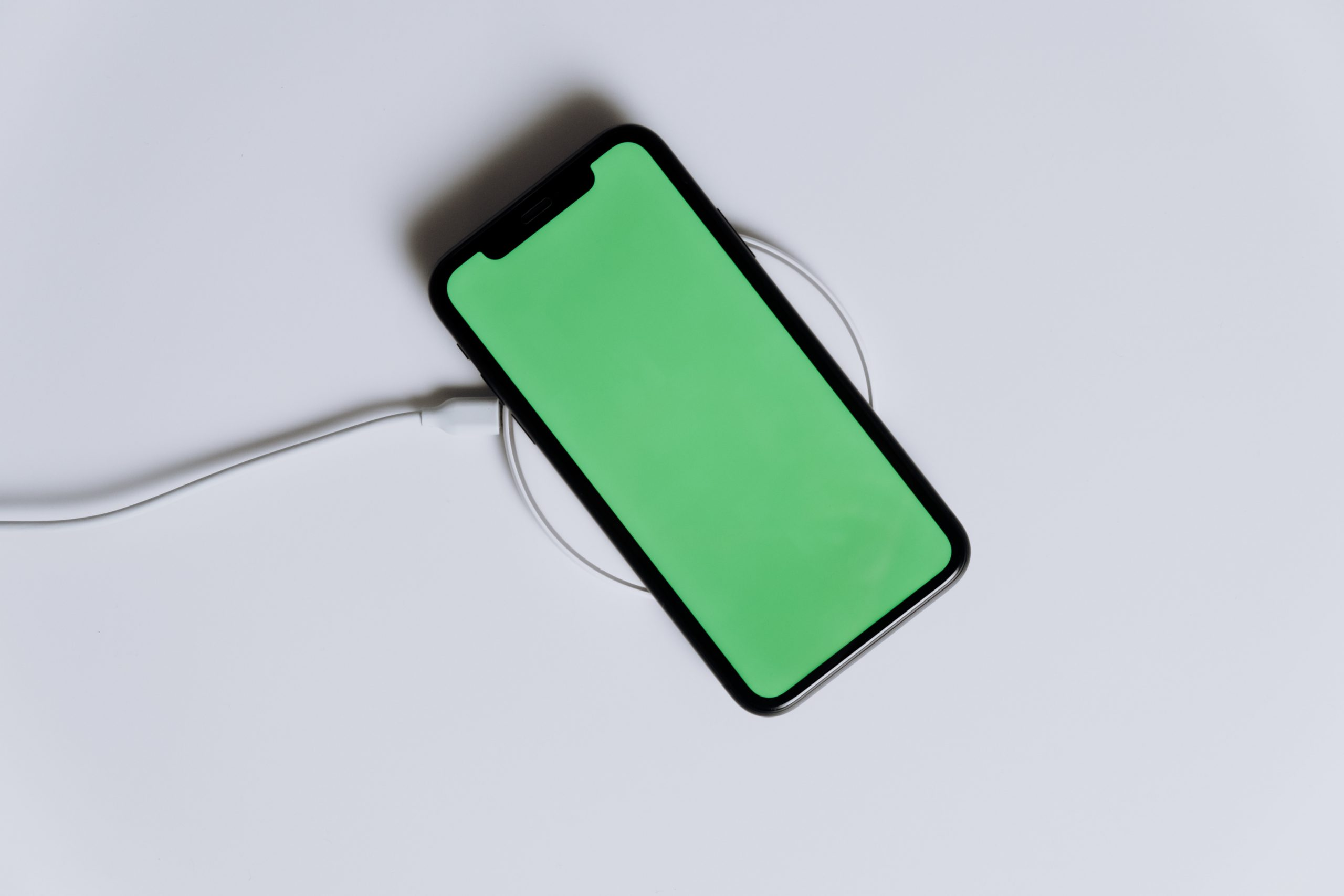 Imagem mostra um celular em destaque.