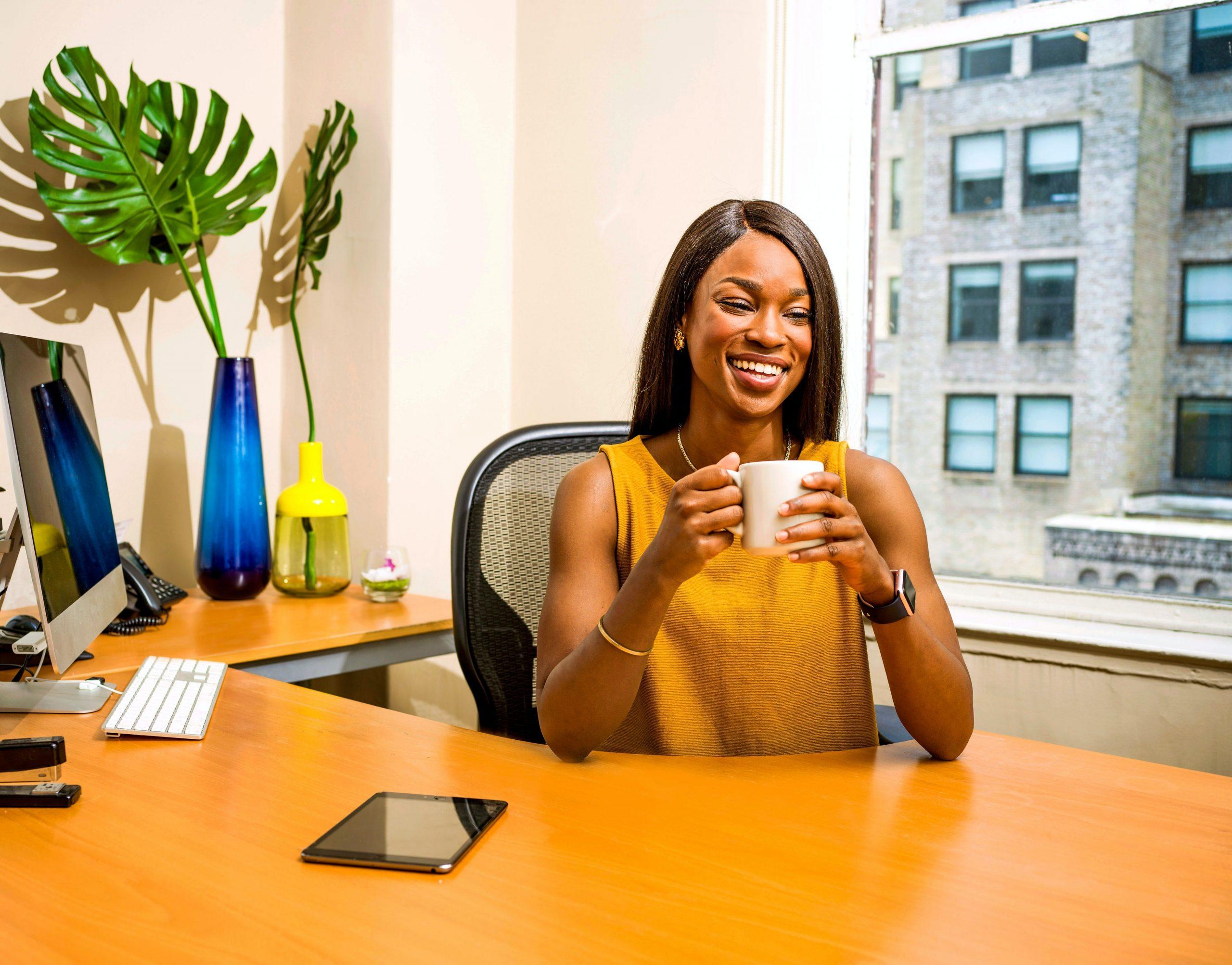 Imagem de uma mulher em seu escritório.