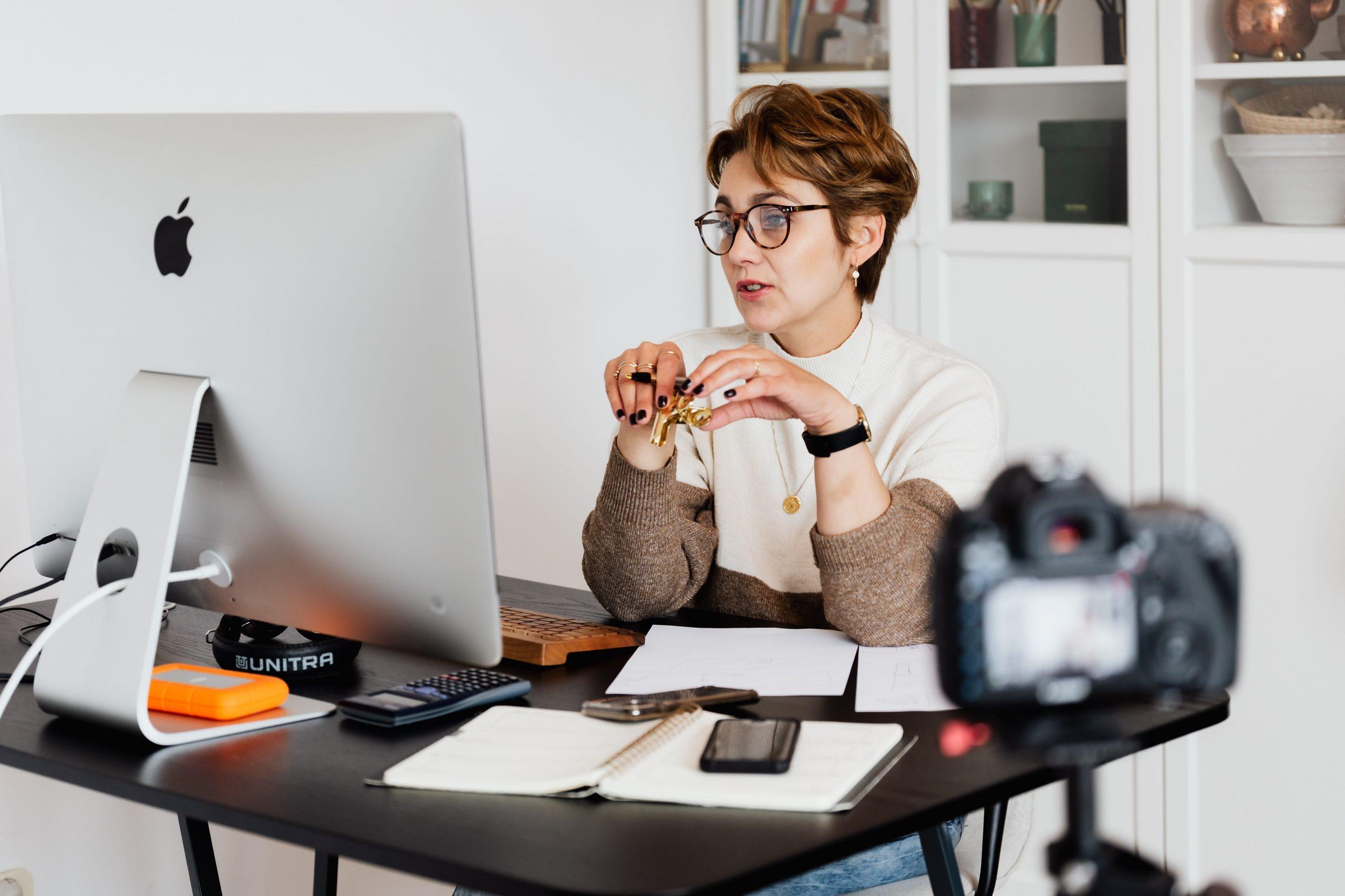 Imagem de uma mulher navegando na internet.