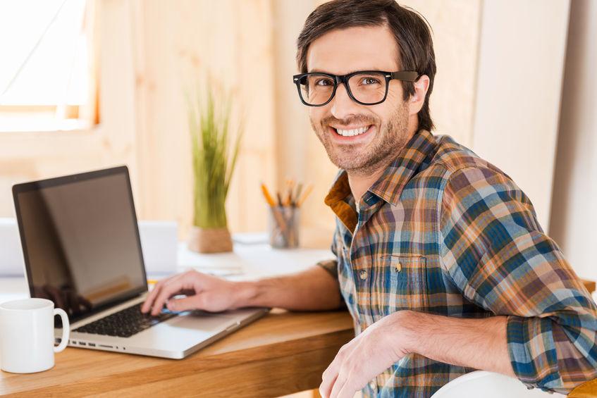 chico viendo microsd en su computadora