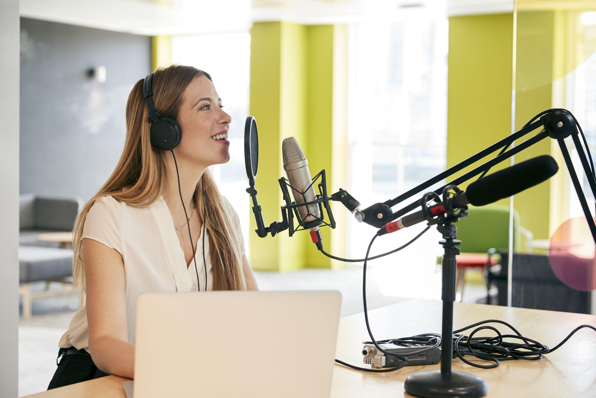 Mujer hablando por microfono