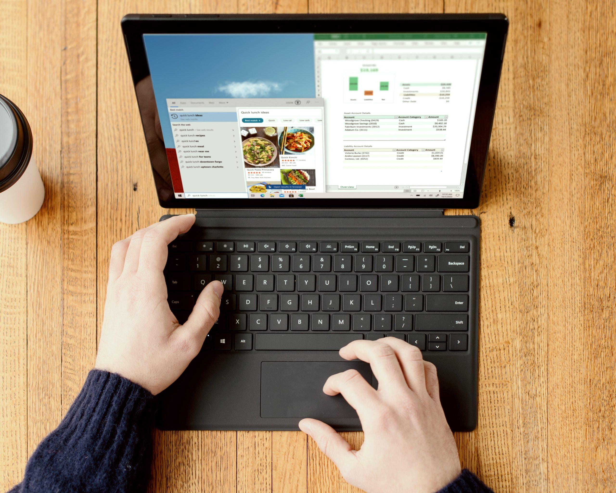 Imagem de uma pessoa usando um tablet com teclado.