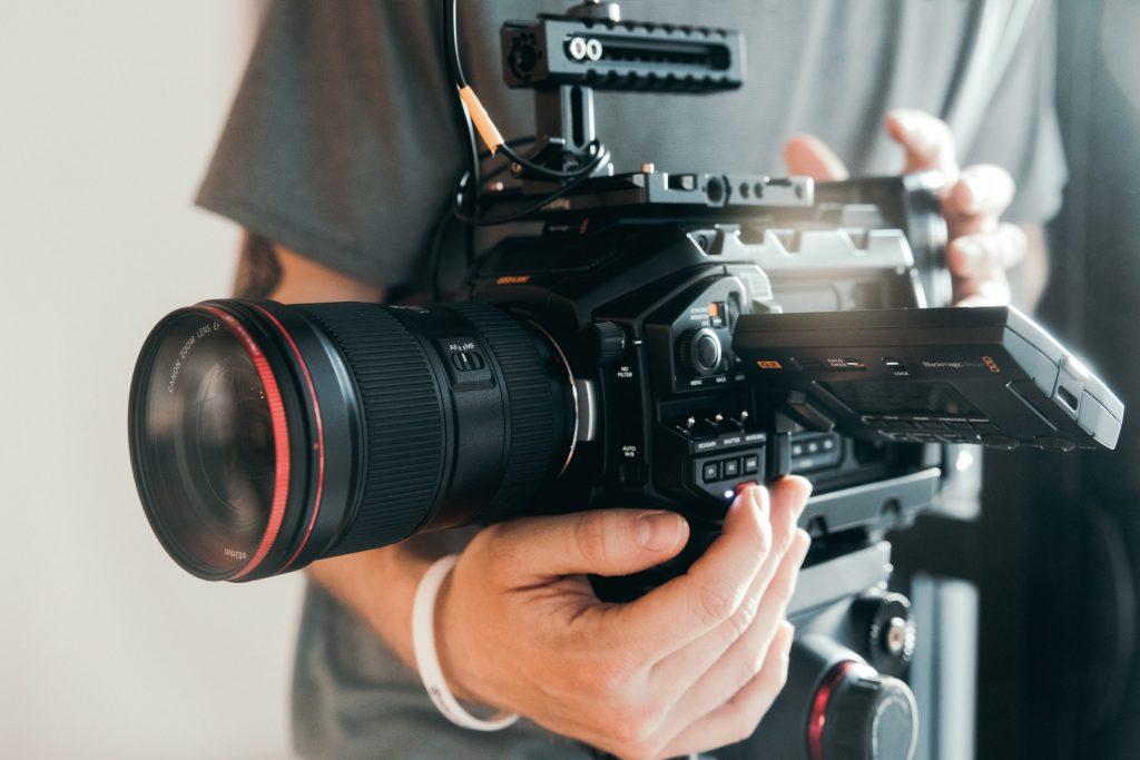 sosteniendo camara de video