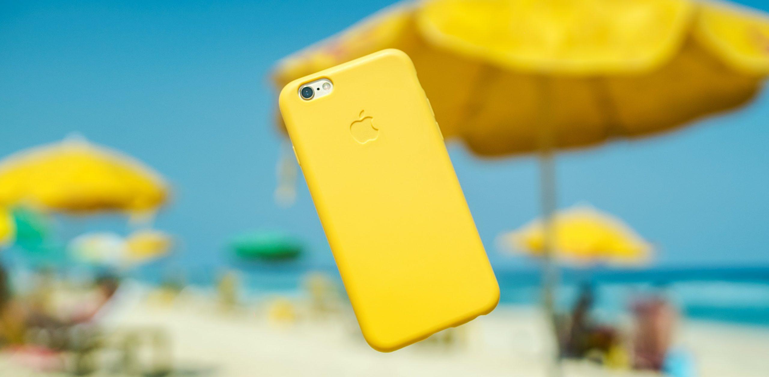 Imagem de um smartphone com capa amarela.