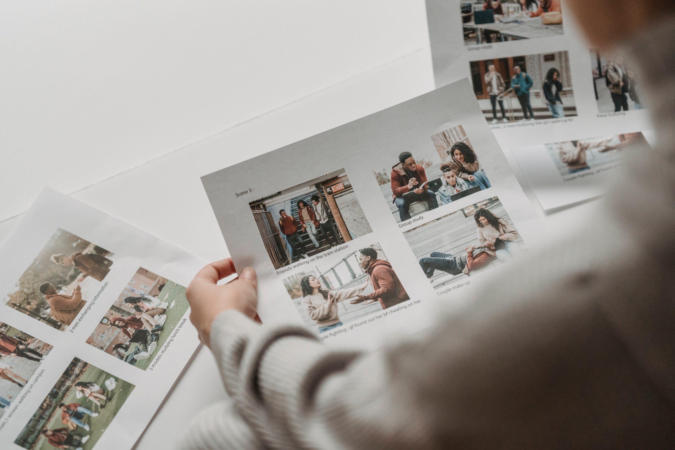 Imagem de uma pessoa escolhendo fotos.