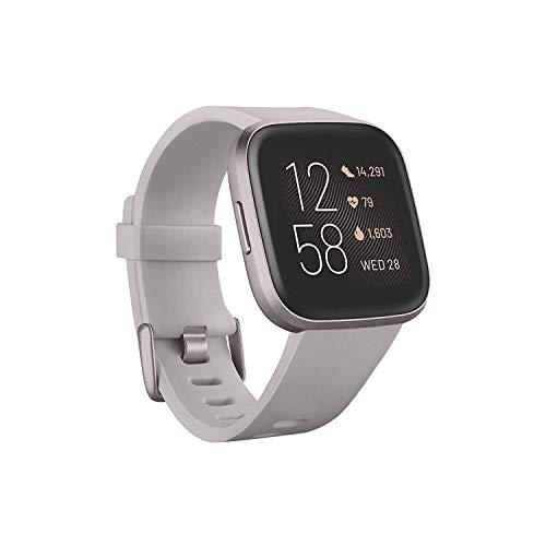 Fitbit Smartwatch Versa 2 Health and Fitness com frequência cardíaca, música, Alexa integrada, monitoramento de sono e natação, pedra/cinza névoa, tamanho único (faixas P e G incluídas)